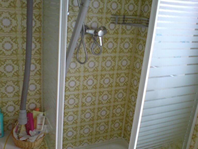 Verborgener Leitungswasserschaden in einer Duschkabine