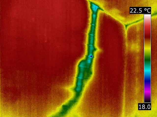 Undichte Einbindung der Strangentlüftung in die Luftdichtheitsschicht des Dachaufbaus (Pfeil). Hierdurch kam es zu einer Temperaturabsenkung entlang des Rohres innerhalb der Ständerwand aufgrund der aufgetretenen Luftströmung