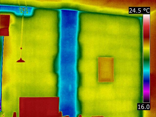 Die Infrarotaufnahme offenbart eine materialbedingte Wärmebrücke innerhalb einer Außenwand in Form einer Betonstütze