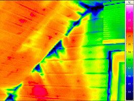 Die Auswirkungen der Luftleckagen im Dachgeschoss als blau eingefärbte Flächen