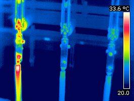 Das bildgebende Verfahren der Elektro-Thermografie zeigt die genaue Temperaturverteilung und ermöglicht so die schnelle Erkennung von Hotspots. Trotz der geringen Temperatur von ca. 30°C ist die Schwachstelle am Trennschalter deutlich zu erkennen. Bei 100%iger Auslastung ergäbe sich hier eine Übertemperatur von rund 110 Kelvin!