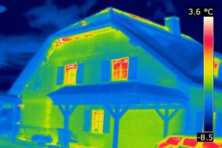 Auch aus 30 m Entfernung sind die Wärmeverluste am Dachanschluss dieses Einfamilienhauses deutlich zu erkennen. Die Gebäudethermografie ermöglicht es dem Auftraggeber nun gezielte Maßnahmen zur Wärmedämmung vorzunehmen.