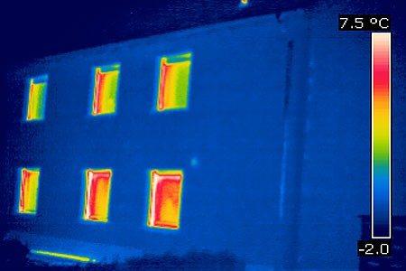 Hier die Vorderseite eines Nachbargebäudes gleichen Bautyps nach der Sanierung. Die Gebäudethermografie dient also nicht nur der Schadenserkennung sondern auch der Qualitätskontrolle.
