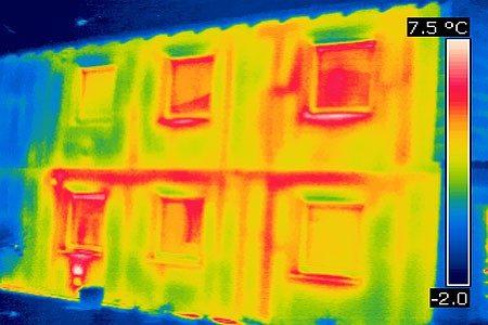Dieses Thermogramm zeigt die erhöhten Wärmeverluste an einer unsanierten Hausfront.