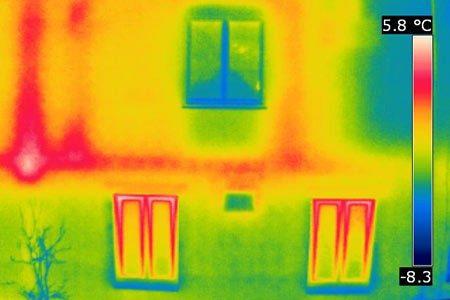 Die erhöhten Wärmeverluste an der Außenwand sind auf ungedämmte Heizungsleitungen zurückzuführen. Durch eine gezielte Sanierung kann der Energieverlust effektiv reduziert werden.