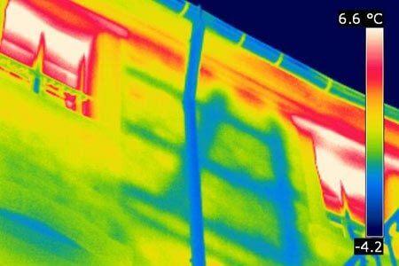 Verborgene Strukturen können durch eine Gebäudethermografie wieder sichtbar werden. Hier ein bisher unbekanntes Fachwerk an der Außenwand.