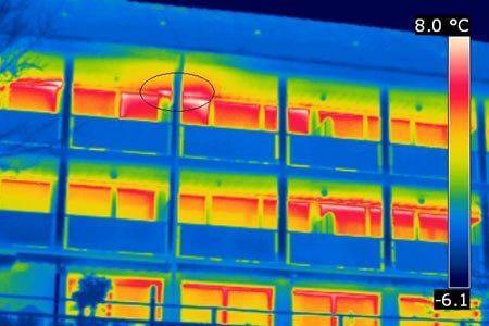 Bei einer Gebäudethermografie wurde eine thermische Auffälligkeit an der Gebäudefront sichtbar (siehe Kreis).
