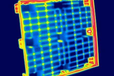 Abkühlungsphase bei Palettenherstellung: Bei Herstellungsprozessen sind oft hohe Arbeitstemperaturen notwendig. In der Abkühlphase können Veränderungen im Material auftreten. Die Thermografie kann die zeitlichen Abläufe der Abkühlphase bildlich darstellen.