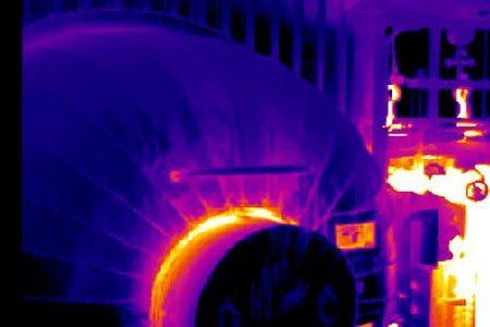 Isolationsüberwachung: Die hohe Messgenauigkeit der Thermografie-Systeme erlaubt auch Messungen über größere Distanzen. Z. B. bei extrem hohen Temperaturen am Messobjekt.