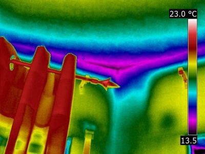 Geometrische Wärmebrücke einer Ecke, gebildet aus zwei Außenwänden und der Geschossdecke, Infrarotaufnahme
